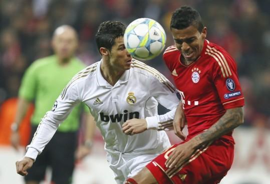 Cristiano Ronaldo y Alaba peleando por el balón